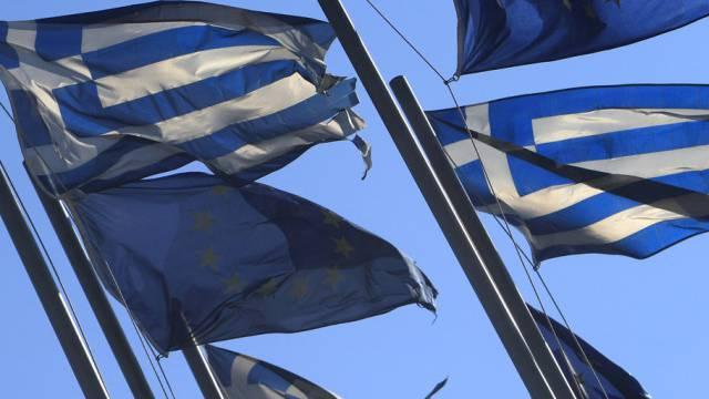 Griechenland- und EU-Flaggen im Wind