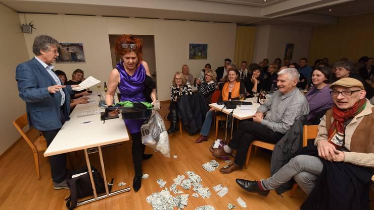 Künstlerin Fränzi Madörin begleitet die Gründungsversammlung mit einer kleinen Showeinlage.