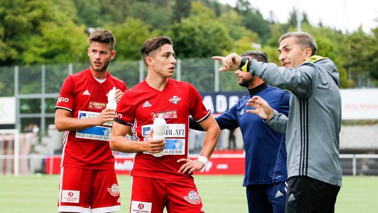 Seine Mannschaft ist mit der Innerschweiz vertraut: Trainer Ranko Jakovljevic (r.) schwört seine beiden Spieler Marco Corradi (l.) und Kevin Spadanuda (M.) auf das zweite Spiel der Saison ein.