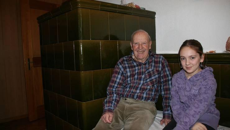 Fritz Spuhler erzählt in der Stube von seiner langen Zeit als Sakristan, seine Enkelin hört zu.