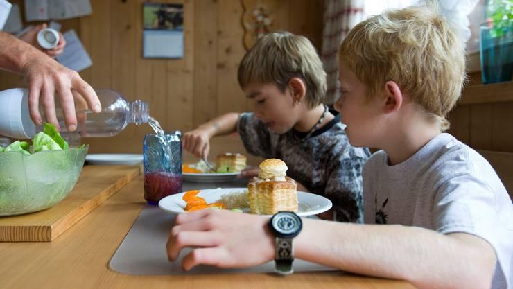Mittagstische entlasten berufstätige Eltern, werden aber noch nicht überall angeboten.Keystone