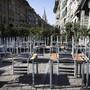 Seit über fünf Wochen stehen Tische und Stühle vor zwangsgeschlossenen Restaurants.
