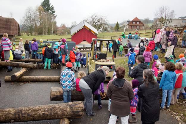 Die Schulkinder der Schule Lüterkofen-Ichertswil bewundern die vom Lernenden Justinus Portenier gebaute Friedensbrücke