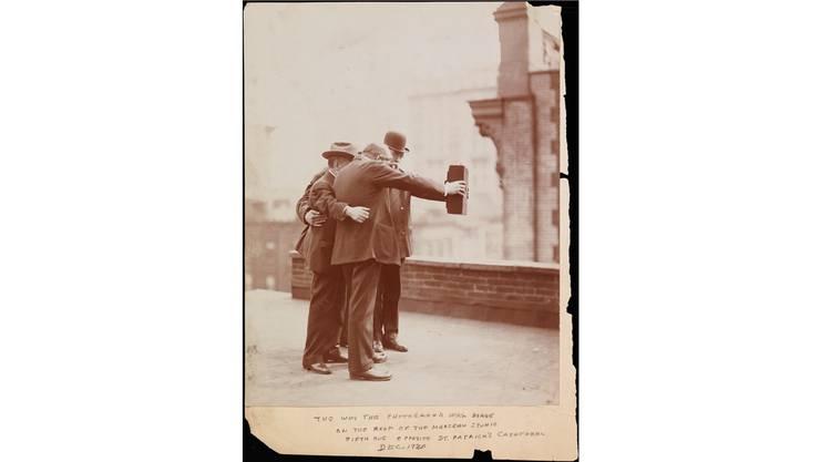 Was mit diesem Selfie aus dem Jahr 1920 zur Genüge bewiesen wird. Fünf Fotografen fertigten es in New York von sich selber an.