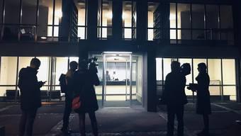 Reporter am Donnerstagabend vor dem Bezirksgericht Uster.