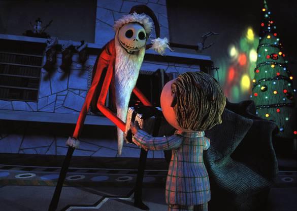 Der König von Halloween Town hat die Nase voll vom Gruselfest und möchte stattdessen Weihnachtsfreude verbreiten. Der Stopptrickfilm trägt die Handschrift des Produzenten Tim Burton: Er ist skurril, morbid, witzig und hat Songs mit Ohrwurmcharakter.