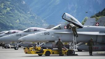 Traumszenario für junge Piloten: Mit der F/A-18 fliegerisch an die Grenzen gehen und zudem im Passagierjet die Welt erkunden.