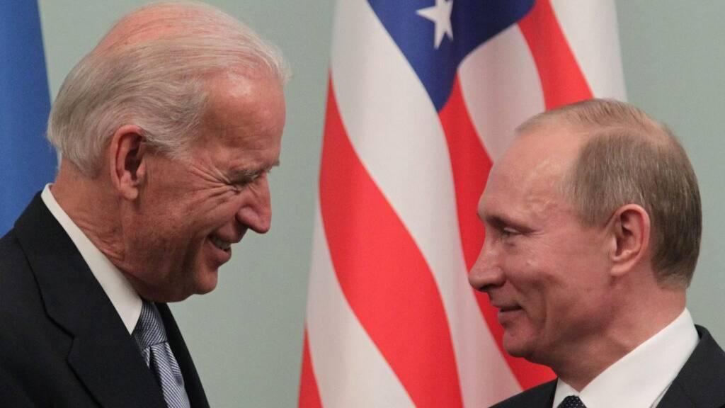 Sie kennen sich schon: Joe Biden (links - damals, im März 2011 in Moskau, noch US-Vizepräsident) und Wladimir Putin. (Archivbild)