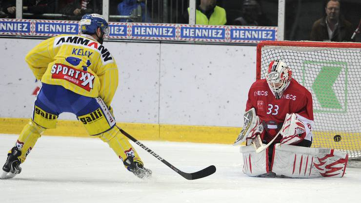 Brent Kelly bezwingt Lausannes Torhüter Pascal Caminada im Penaltyschiessen.