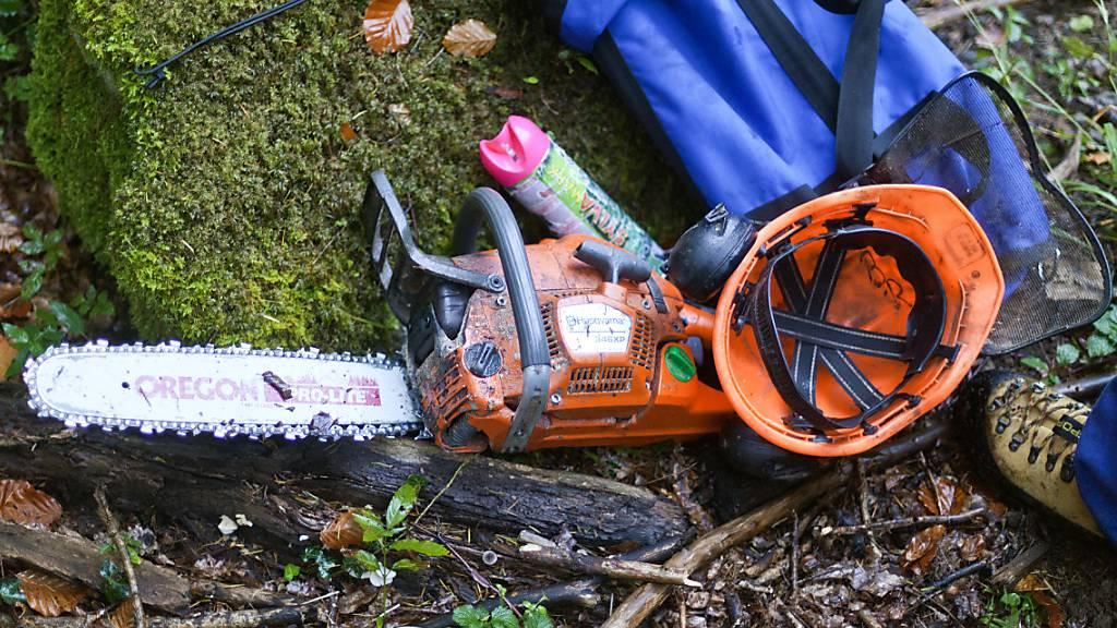 Arbeiter beim Holzen in Werthenstein an Beinen verletzt