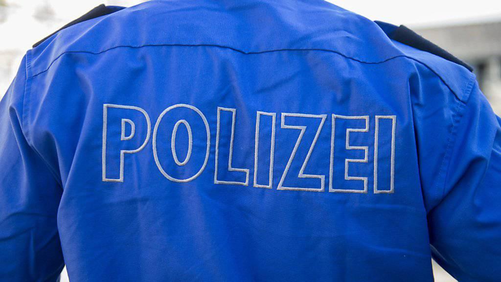 Eine Frau ist in Kreuzlingen TG auf einen falschen Polizisten hereingefallen und hat ihm Schmuck und Bargeld im Wert von über 150'000 Franken übergeben. Archivbild