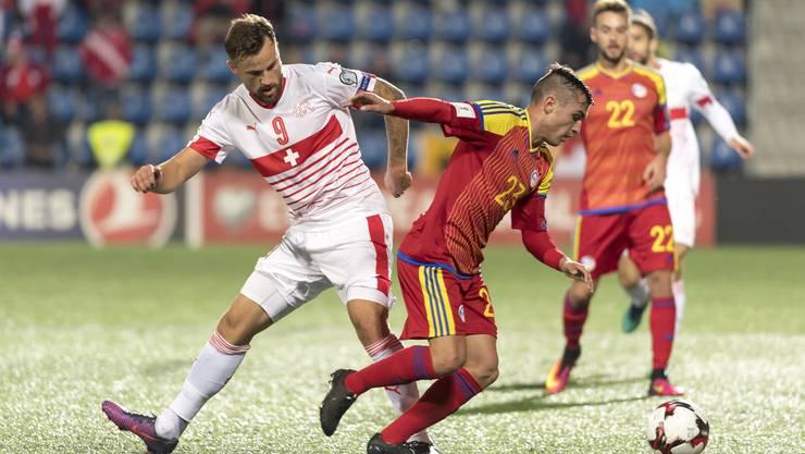 Chus Rubio versucht den Ball gegen Haris Seferovic zu behaupten. Der Schweizer Stürmer hatte bisher einen schweren Stand.