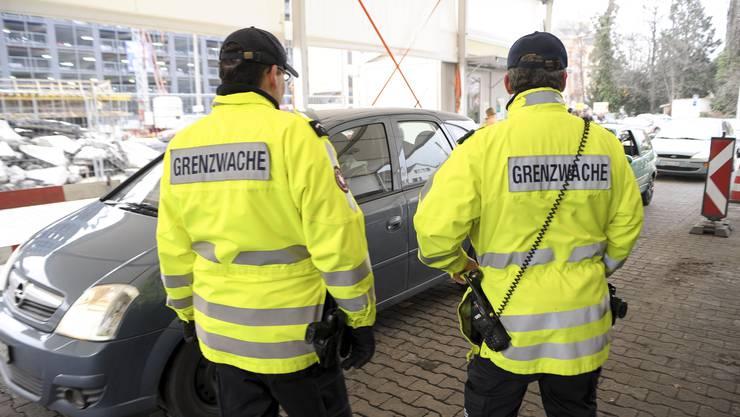 Schweizer Grenzwächter kontrollieren die passierenden Autos.