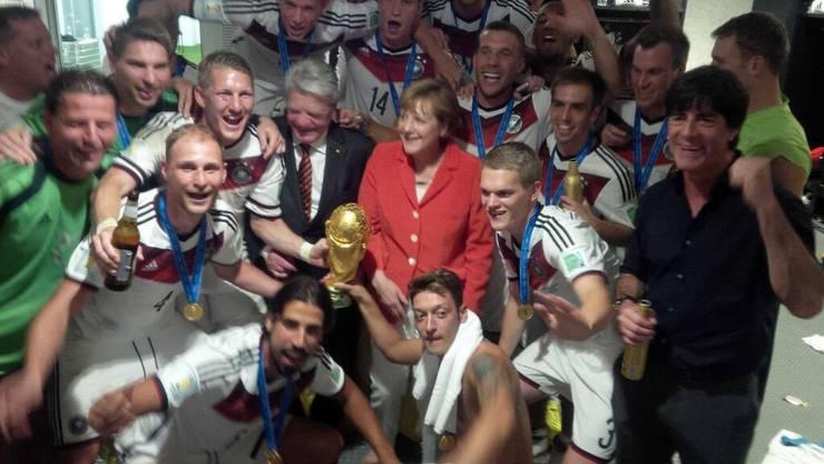 Bundeskanzlerin Angela Merkel und Joachim Gauck besuchen die deutsche Mannschaft in der Kabine.