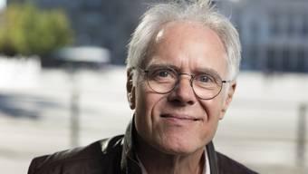 Moritz Leuenberger steht zu seinem Narzissmus. Jeder Politiker suche auch das Rampenlicht, um sich selber darstellen, ist der 69-jährige alt Bundesrat überzeugt. (Archiv)