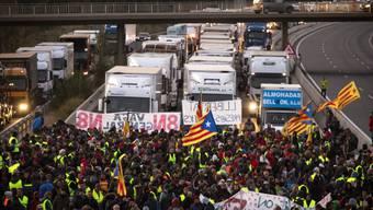 Demonstranten blockieren am Mittwoch eine Autobahn in Borrassa nahe Girona.
