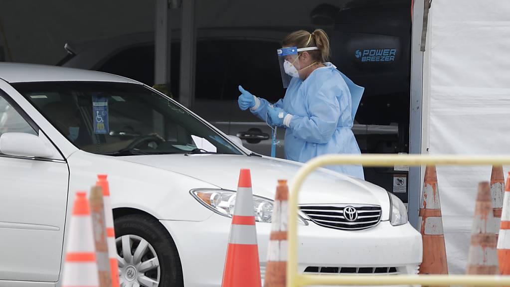 Zufahrt zu einer provisorischen Corona-Teststation in Florida. Foto: Wilfredo Lee/AP/dpa
