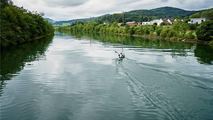 Der 32-jährige Manuel Zöllig trainiert mit dem Surfski auf der Aare in Villnachern. Sein Hobby hilft ihm abzuschalten. (Villnachern, 19.August 2019)