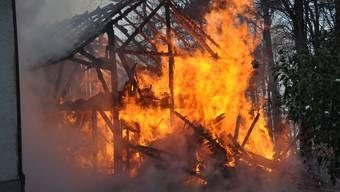 Der Schopf in Rüedisbach ist komplett ausgebrannt (Symbolbild).