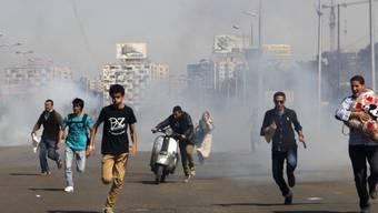 Nur weg: Ägypter rennen vor den Krawallen in Kairo davon