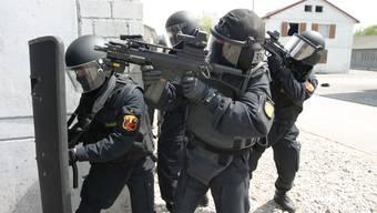 2 Bauchschüsse verpasste 2009 ein Beamter einem Serben, weil ihn dieser mit dem Messer attackiert haben soll. Der letztjährige Freispruch wird nicht akzeptiert.