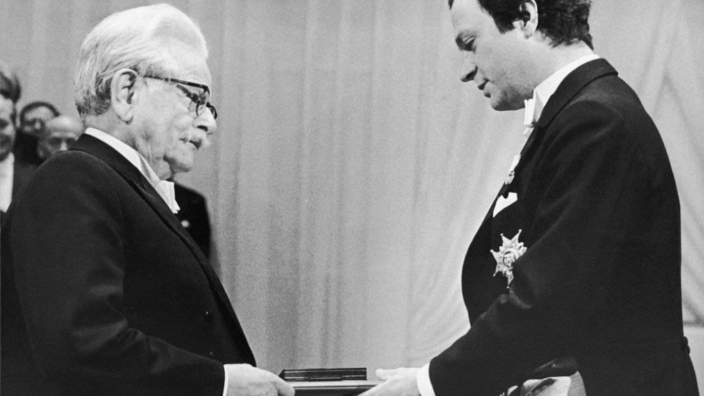 1981 wurde Elias Canetti (l) mit dem Nobelpreis für Literatur ausgezeichnet. Übergeben wurde der Preis in Stockholm von König Carl Gustaf. (Archiv)