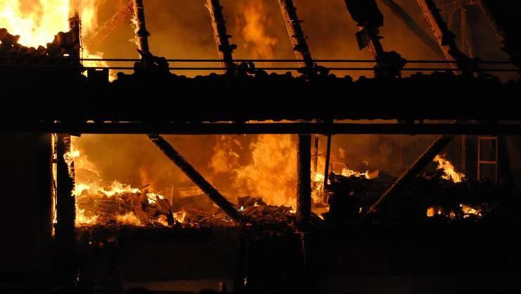 Nichts mehr zu retten: In Siblingen brannte eine Scheune vollständig aus. Verletzt wurde niemand.