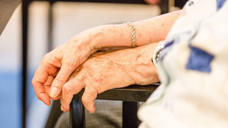 Da sitzen und zuhören: Krisenbegleiter geben den Patienten nachts Geborgenheit und spenden Erleichterung.