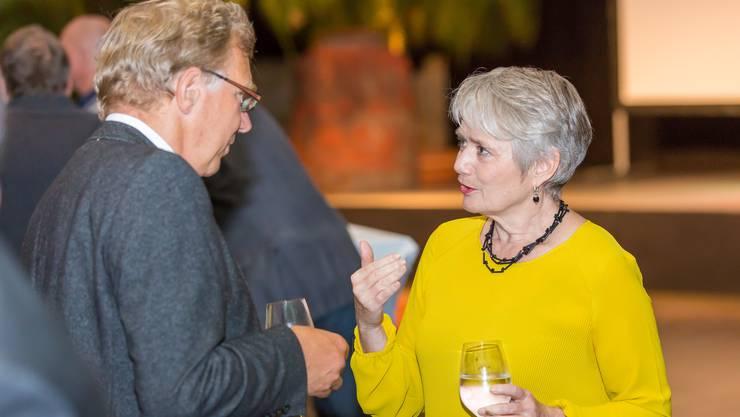 Der Aescher Gemeindepräsident Johann Jahn (Forum) im Gespräch mit Regierungsrätin Jacqueline Fehr (SP).