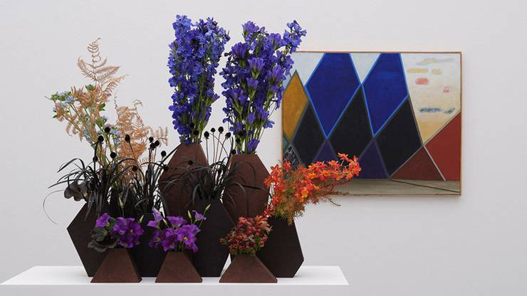 Florale Interpretation: Regula Guhl, Zürich – Werk: Meret Oppenheim, Dunkle Berge, rechts gelb-rote Wolken, 1977–1979