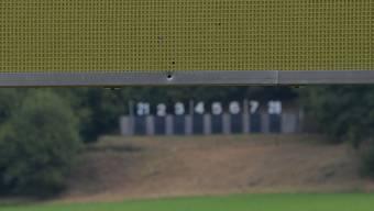 Als sie noch nicht da war, gingen diese Schüsse weiter, bis in ein Einfamilienhaus in der Nähe: Die Hochblende beim Schützenstand Deitingen hält heute Kugeln ab.
