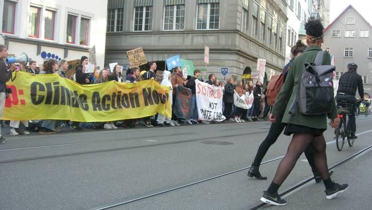 Demonstranten begrüssten Kantonsratsmitglieder gestern auf dem Weg zur Klimanotstands-Debatte.