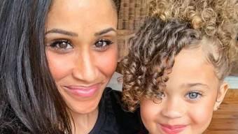 Akeisha Land (hier mit ihrer Tochter) sieht Meghan Markle zum Verwechseln ähnlich. (instagram.com/greyson_land)