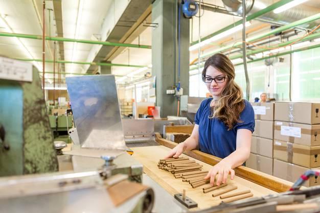 """Sema Uysal bei der Wickelproduktion und Kontrolle der """"Villiger Premium No 6 Sumatra"""" Zigarren."""