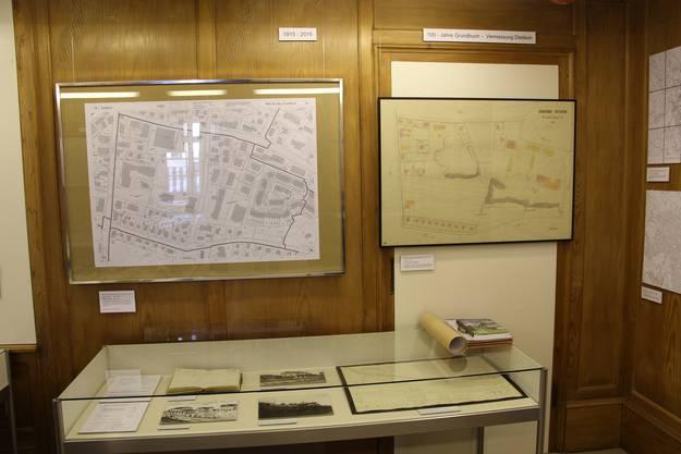 Die Besucher können Karten von damals und heute vergleichen