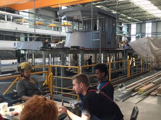 Mittagspause: Die Werft-Arbeiter leisten im Moment viele Überstunden.