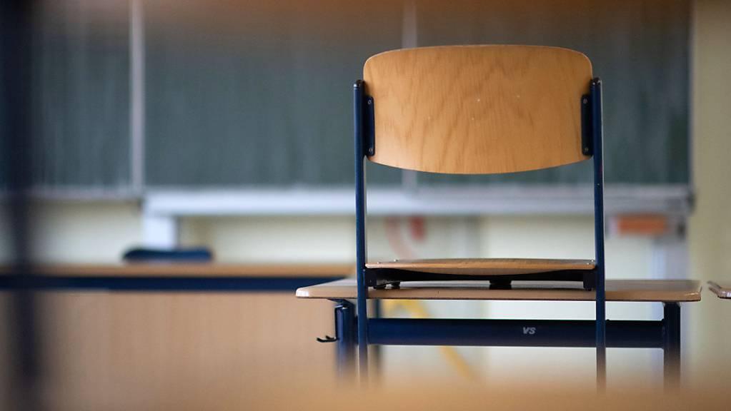 ARCHIV - Ein Stuhl steht in einem Klassenzimmer einer Realschule auf einem Tisch. Foto: Marijan Murat/dpa
