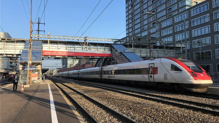 Die Fussgängerpasserelle zur Entlastung im Bahnhof Altstetten. Janine Gloor