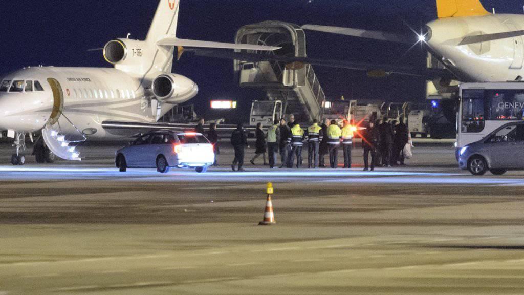 Die Maschine der Schweizer Luftwaffe ist mit den freigelassenen US-Bürgern in Genf gelandet.