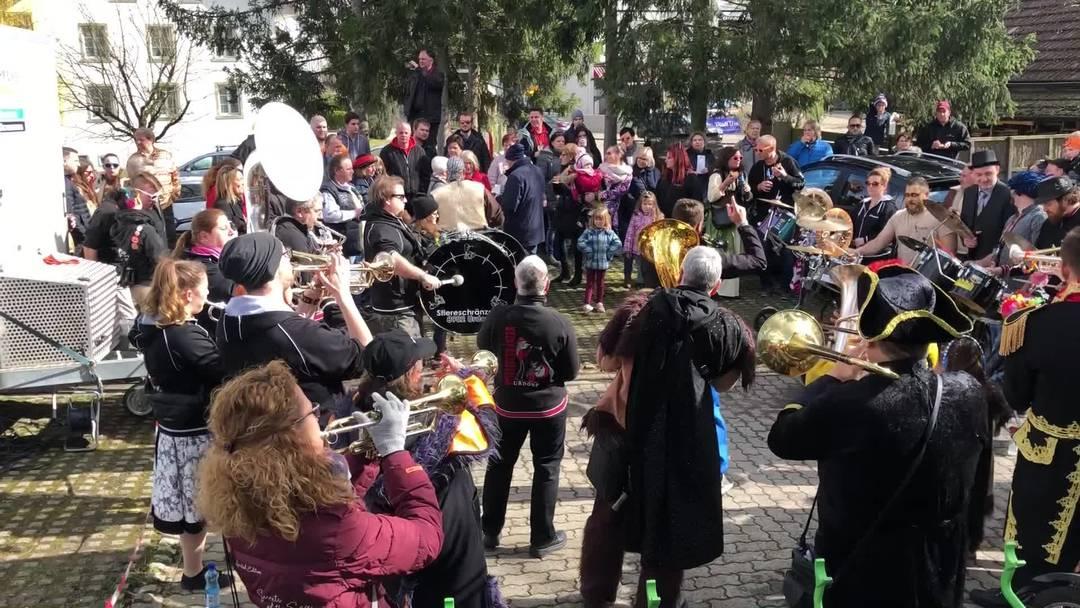 Die Urdorfer Gugge vor dem Restaurant Steinerhof zur Konfetti-Beerdigung