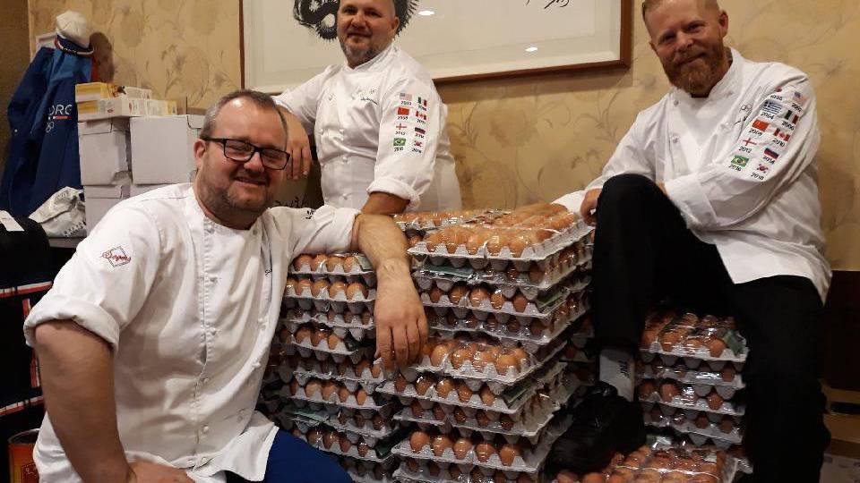 Die Köche haben ein bisschen mehr Eier bekommen als bestellt.