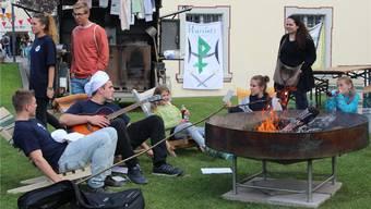 Lageridylle auch am Jubiläumstag: Die Jungwächter und Blauring-Mädchen sitzen ums Feuer und stimmen ein Lied an. cb