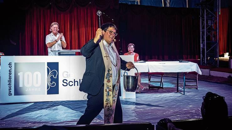 Zirkuspfarrer Adrian Bolzern segnete den feiernden Gewerbeverein.