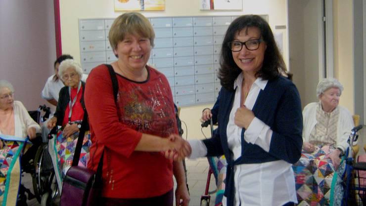 """Madeleine Dörflinger, Leiterin des Alterszentrums """"Bruggbach"""" (rechts), dankt Silvia Schaffner von den Landfrauen Effingen für das Geschenk."""