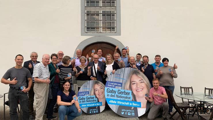 Die Teilnehmerinnen und Teilnehmer des diesjährigen Sommeranlasses der FDP Kaiseraugst vor der Ernst Zuber AG in Arisdorf, dem Elternhaus unserer Nationalratskandidatin Gaby Gerber