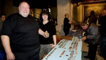 Der Honolulu-Plakettier Toni Armbrust aus Bellach präsentiert stolz die von ihm kreierte Plakette 2012. Unterstützt wird er an seinem Stand von Tochter Tamara.