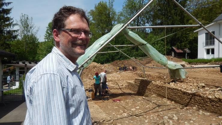 Kantonsarchäologe Pierre Harb auf einem Grabungsplatz in Erschwil, wo einst ein römisches Anwesen stand.