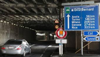 Wegen Sanierungsarbeiten bleibt der Tunnel am Grossen Sankt Bernhard bis Ende November geschlossen. (Archivbild)