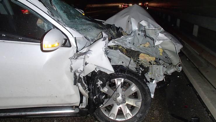 In Zeinigen fuhr ein 29-Jähriger in das Heck eines Lastwagens. Gemäss ersten Erkenntnissen dürfte der Unfallfahrer am Steuer seines Mitsubishis eingenickt sein, weshalb es zum Auffahrunfall kam.