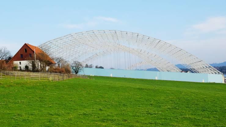 In Kölliken hat der Rückbau der Halle über der Sondermülldeponie begonnen – in einer Grube im Zürcher Unterland liegt unbehandeltes SMDK-Material. (Archiv)